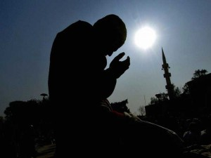 """A Pakistani Muslim prays for tsunami victims during the Friday noon prayer at a mosque in Islamabad, 07 January 2005. Pakistani people observed """"Yom-e-Dua or """"Prayer Day"""" across the nation to pray for the victims of the tsunami disaster, which has claimed so far 165,000 lives after it devastated the Asian coastline on 26 December 2004. AFP PHOTO/Jewel SAMAD"""
